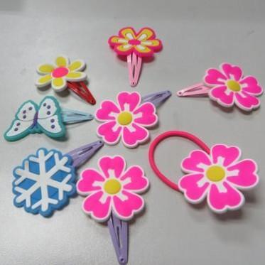 01低价促销儿童花朵PVC软胶发圈发夹,样式可爱,颜色鲜艳。